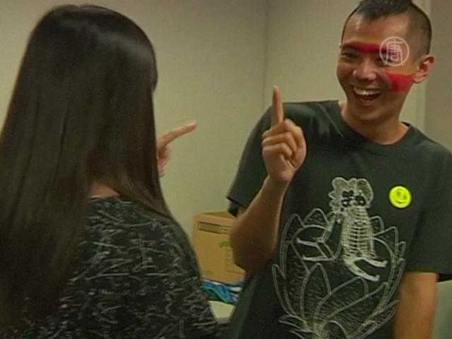 Гонконгцы учатся любить коллег на йоге смеха