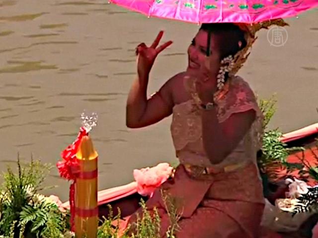 Буддийский пост встречают красочным парадом лодок