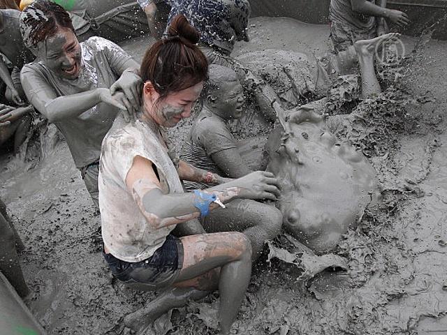 Южнокорейцы снимают стресс в грязи
