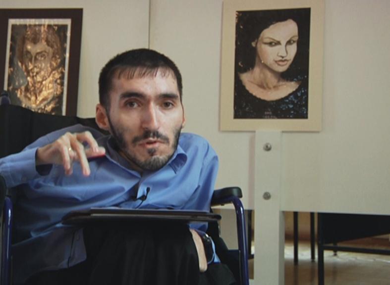 Художник-инвалид открывает выставку в Москве