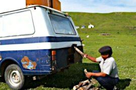 Кыргыз переоборудовал машину под передвижную баню