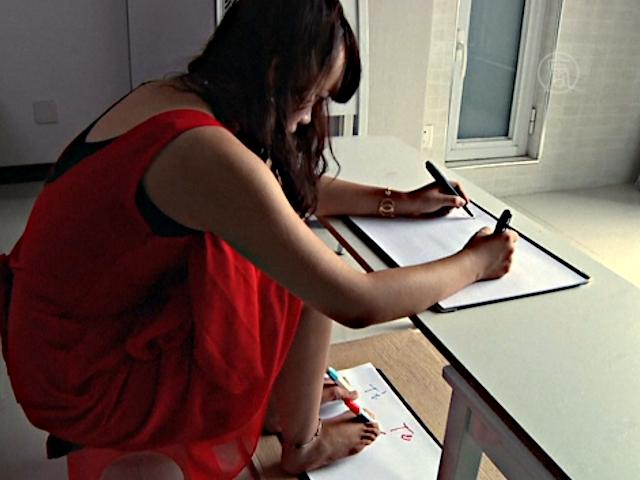 Китаянка пишет руками и ногами одновременно