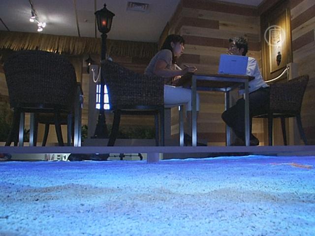 Японская фирма устроила в своем офисе пляж