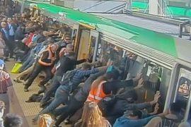 Застрявшего мужчину спасали всем поездом