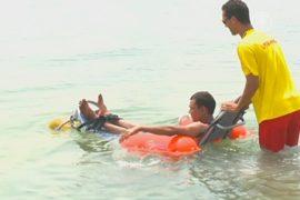 Инвалидам на пляже Дубая предлагают поплавать