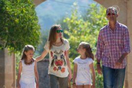 Как отдыхает испанская королевская чета с детьми