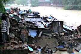 Наводнение в Индии разрушило 3-этажный дом