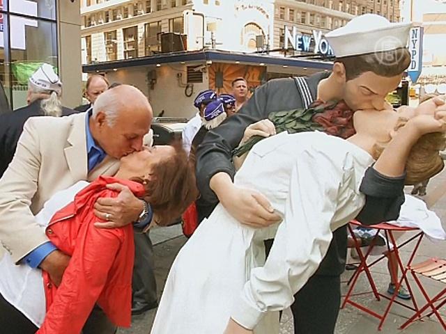 Ветераны повторили известный поцелуй на Таймс-сквер