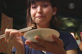 Японцы едят насекомых в тематическом клубе