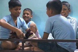 Бывший учитель в Индии приютил 12 детей с ВИЧ