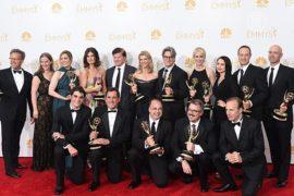 Звезды ТВ США прошли по красной дорожке «Эмми»