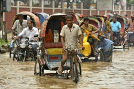 Люди спасаются от наводнения в Бангладеш
