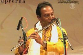 Концерт флейтистов проходит в Индии