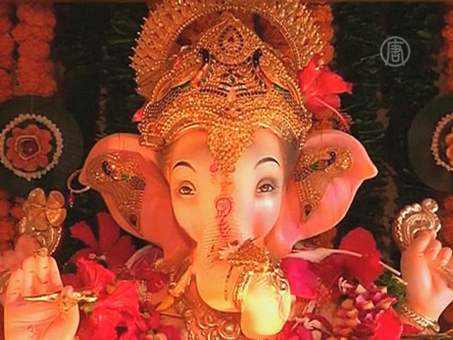 Индусы устанавливают статуи божества с головой слона