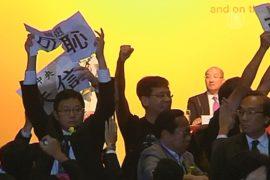Протестующие в Гонконге прервали речь чиновника