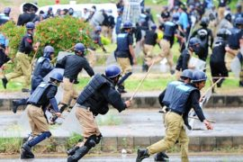 Протестующие Пакистана атаковали офис премьера