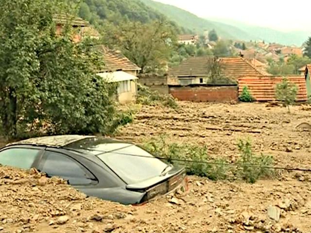 Сербы разбирают завалы после наводнения