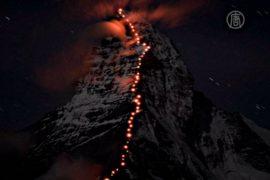 Альпинисты зажгли огни на хребте Маттерхорна