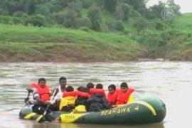 Детям, плывшим через реку в школу, подарили лодку