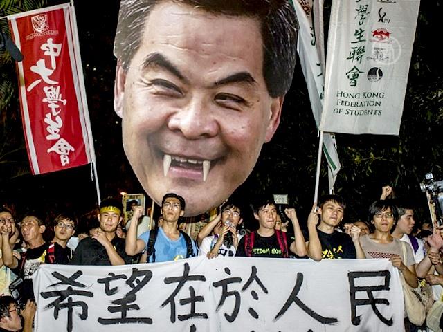 Сотни школьников Гонконга ушли с уроков на протест
