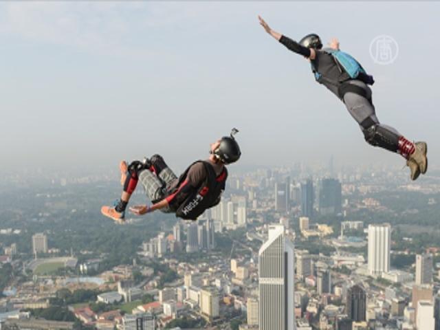 Бейсджамперы прыгали с куала-лумпурской телебашни
