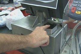 В супермаркетах Каракаса берут отпечатки пальцев