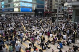 Гонконгцы остались на улицах после стычек