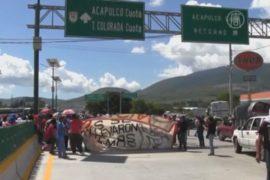 Родственники пропавших студентов блокируют шоссе