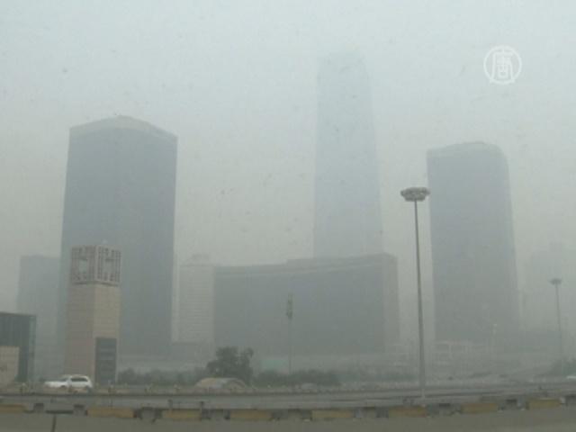 Небоскрёбы Пекина скрыл густой смог