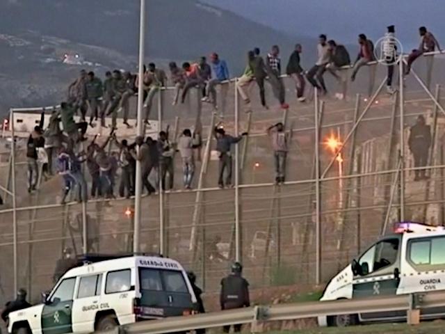 Нелегалы массово атаковали границу Испании
