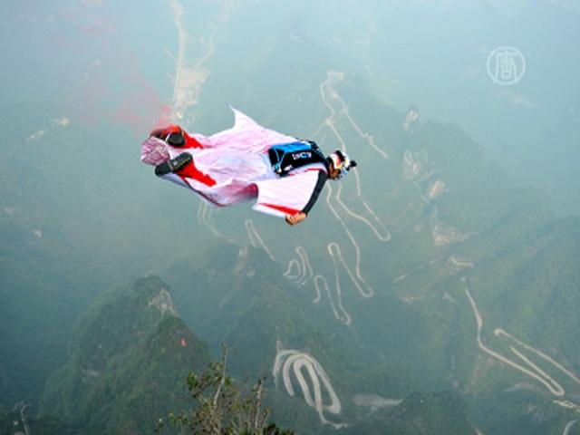 В Китае состязаются по прыжкам в костюме вингсьют