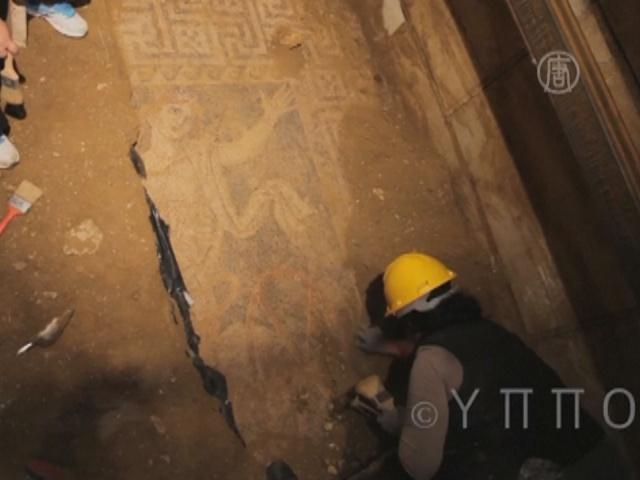Древнюю гробницу в Амфиполе извлекают из-под земли