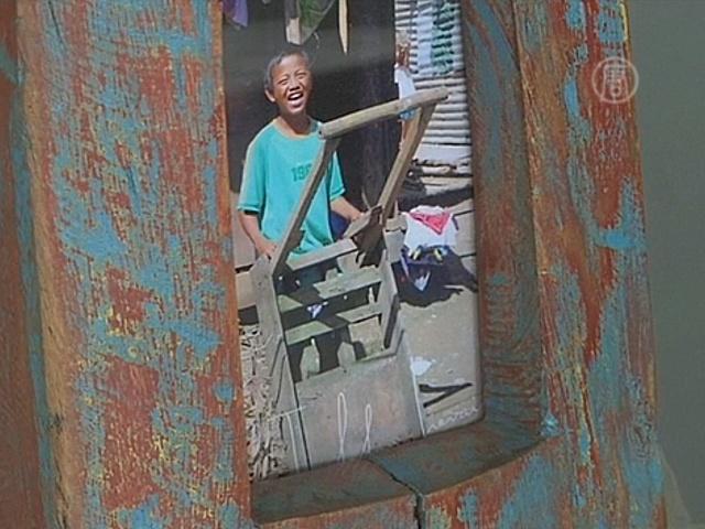 Дизайнер делает мебель из обломков после тайфуна