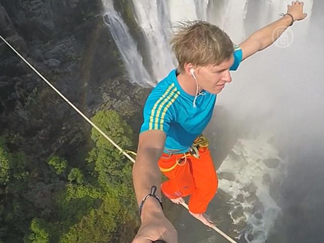 Канатоходцы прошлись над водопадом Виктория