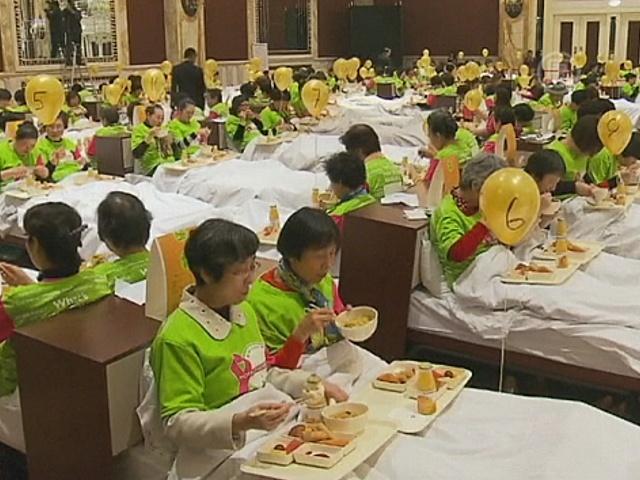 В Шанхае 388 человек ели завтрак в постели