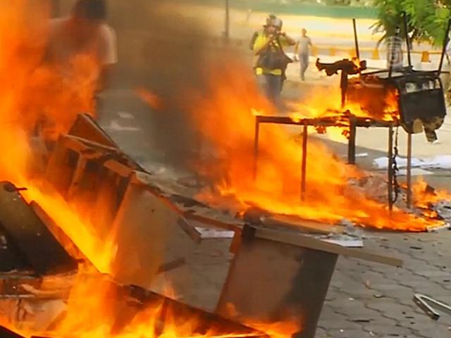 В Мексике протестующие поджигают здания и машины