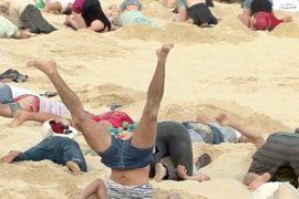 Протестующие в Австралии засунули головы в песок
