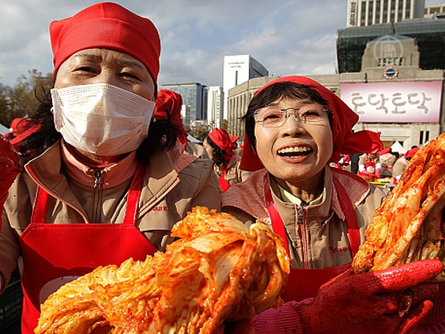 Тысячи корейцев снова квасили кимчи для бедных