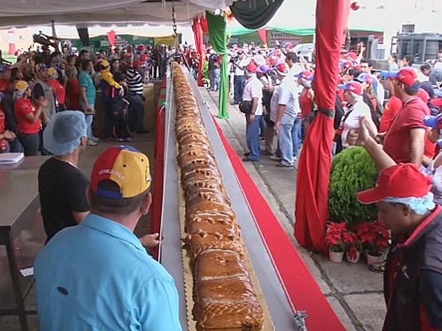 Кулинары испекли пироги рекордных размеров