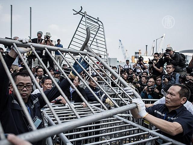 В Гонконге разобрали часть баррикад в центре