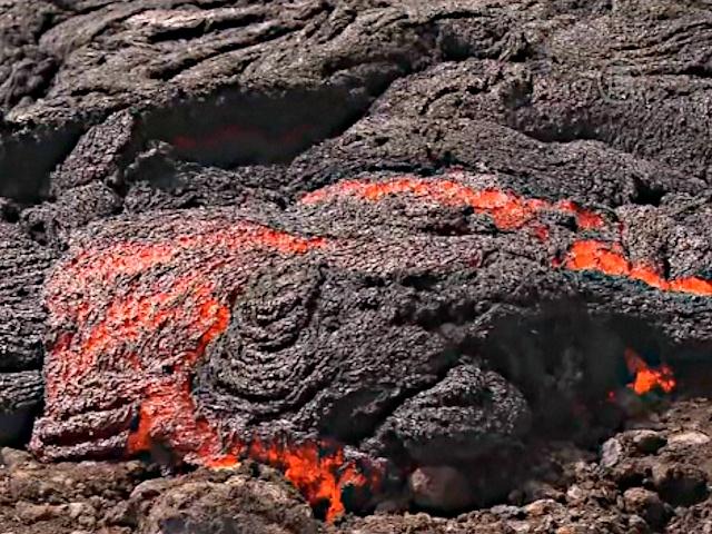 Лава из гавайского вулкана замедлила ход