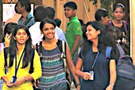 Девушкам запретили носить джинсы в деревнях Индии