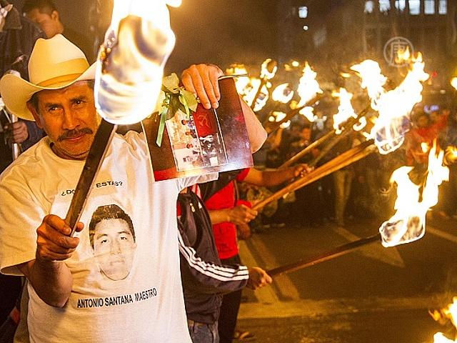 Семьи исчезнувших 43 студентов продолжают протесты