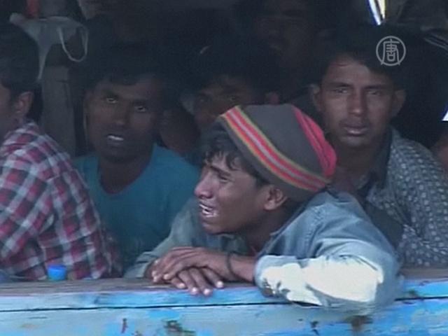 Рохинджа ждут в море, чтобы бежать из Мьянмы