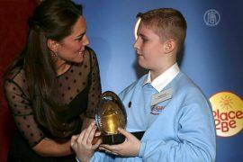 Герцогиня Кейт поощрила школьников наградами
