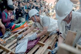 В Гонконге полиция начинает убирать баррикады