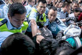В Гонконге возобновились стычки и аресты