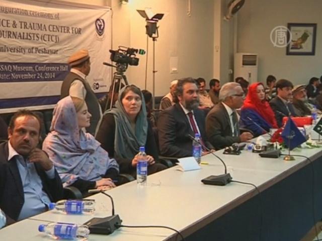 Журналистам в Пакистане помогут преодолеть стрессы