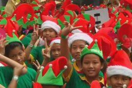 В Таиланде собрались 1700 рождественских эльфов