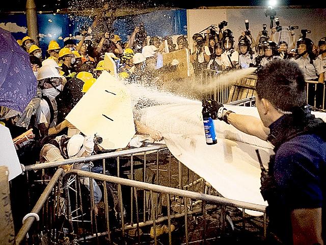 Гонконг: стычки на месте протестов усиливаются